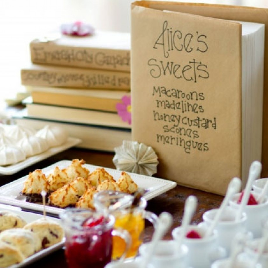 Books baby shower. Photo by Moira Events