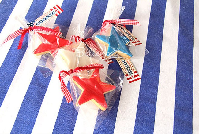 #6 July 4th star-shaped sugar cookies in cello bags with gingham ribbons and tags via Bellenza