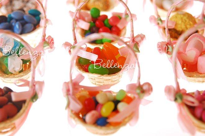 Mini straw favor baskets via Bellenza