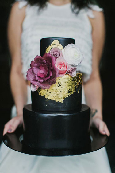 A Matte Black Cake – Cake made by Pretty Please Bakeshop. Milou + Olin Photography and Creative Flow Co.