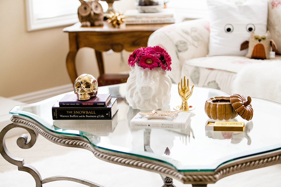 Halloween coffee table with accents of gold via FIt Fab Fun Mom.