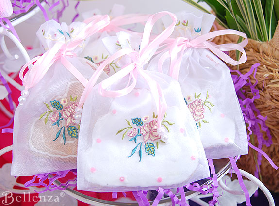 Wedding cake cookies in favor bags for guests